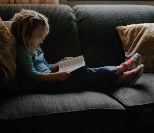 Pige i sofa læser
