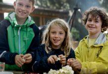 Børn snitter grøntsager (foto: Nordea-fonden)