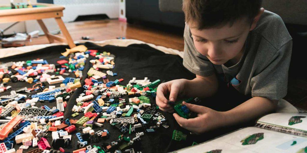 Barn med Lego (foto: Kelly Sikkema, Unsplash)