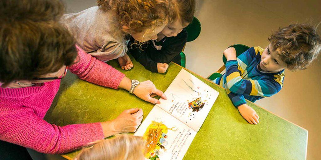 Pædagog læser med børn (foto: Steen Brogaard)