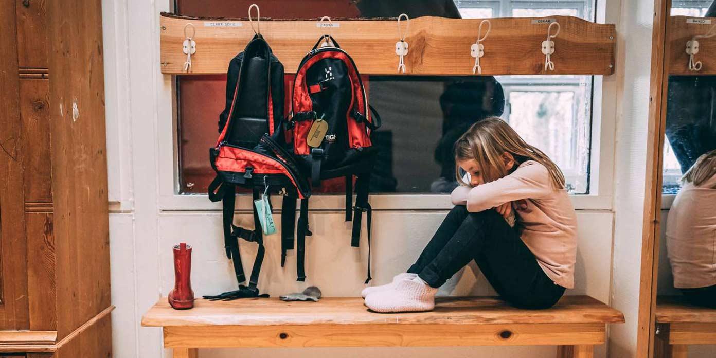 Pige i garderobe (modelfoto: Mødrehjælpen)